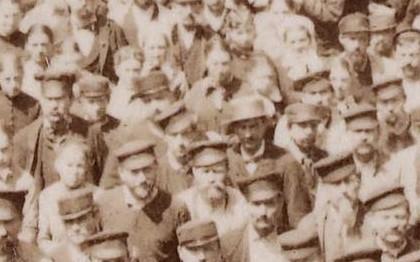 Le personnel de la manufacture de draps Blin et Blin dans la cour principale de l'usine à Elbeuf