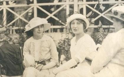 Les dames de la bourgeoisie aux courses de l'hippodrome des Brûlins à Saint-Aubin-lès-Elbeuf